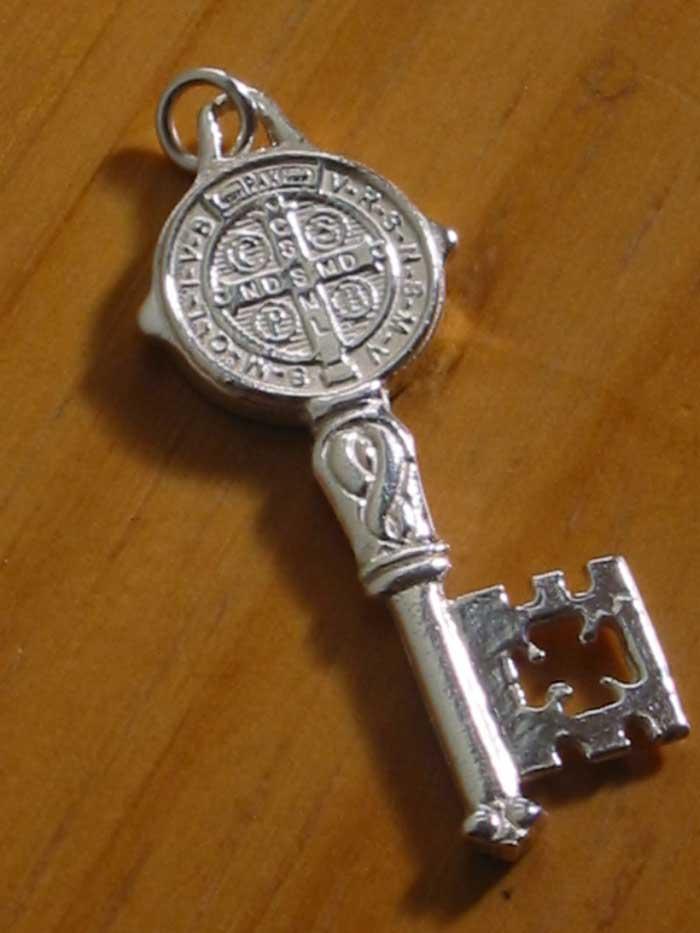 llave de san benito amuleto